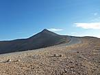 Вдали виднеется конус — это гора Немрут.