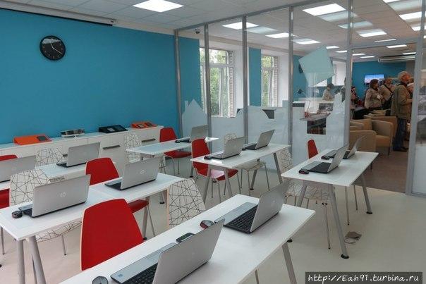 учебный зал за звуконепроницаемой стеклянной стеной