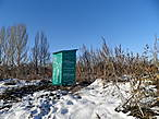 Заботливо укутанный туалет на берегу Каланчи