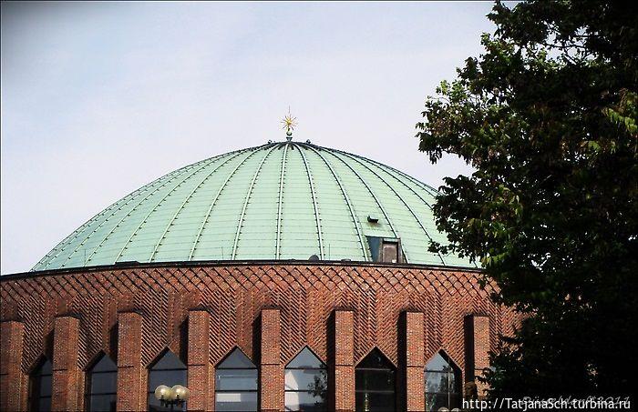 Тонхалле – Зал звуков – концертный зал Дюссельдорфа, бывший планетарий.  Медный купол с золотой звездой.