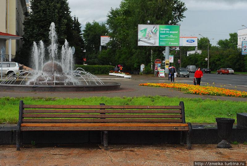 Вид на один из меньших фонтанов и кусочек ул.Коммунистическая.