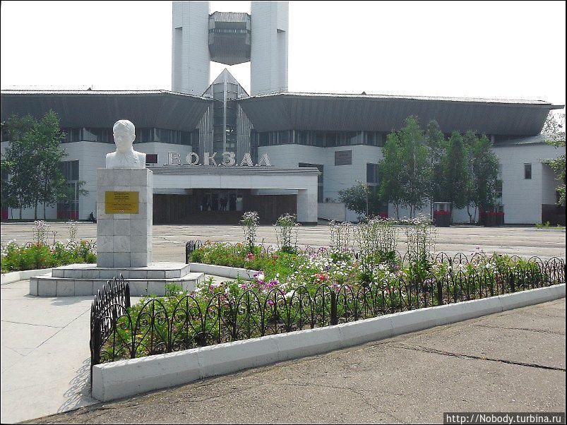 Вокзал и привокзальная площадь.