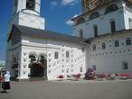 На территории монастыря красиво: много интересных природных и архитектурных объектов.