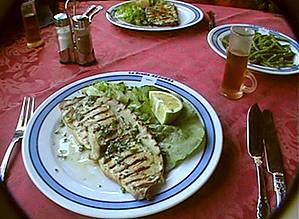 Меч — рыба в ресторанчике на набережной.