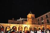 Акробаты и их тени на церкви Сан-Хуан-Баутиста