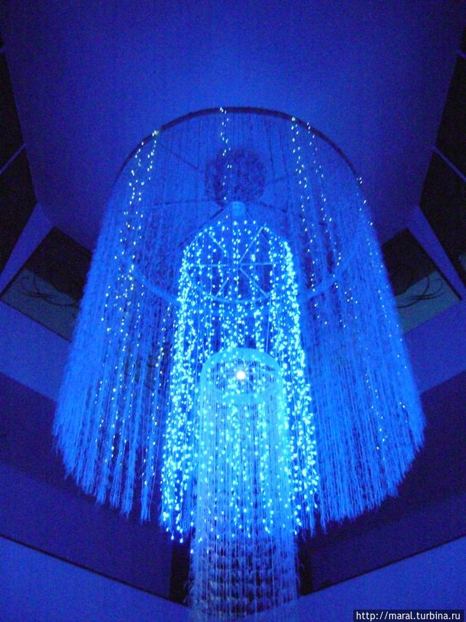 Фантастическая люстра в гостиничном холле