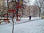 Дворники из Средней Азии чистят снежные дорожки, как песок у себя на родине, а разноцветные подставки под цветы напоминают о далеком лете и солнце