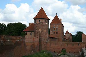 Таким замок предстает при подъезде к нему