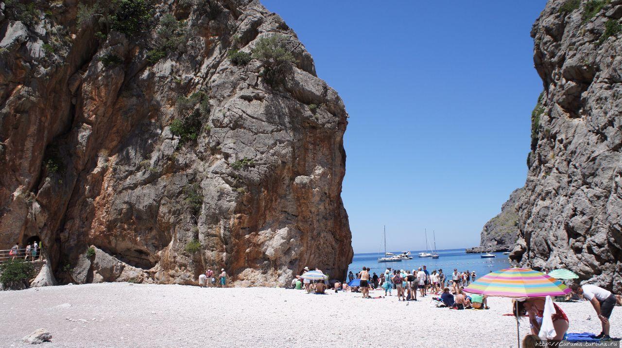 Там, между скал, небольшой пляж Торрент де Парейс Эскорка, остров Майорка, �спания