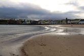 А вот и широченный пляж городка Пиил