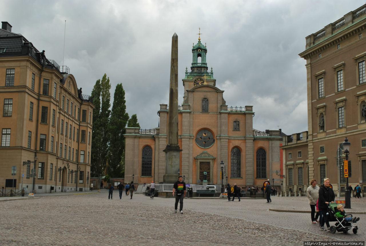 Стоя лицом к Стурчюркан, по левую руку обнаружите здание Финской церкви