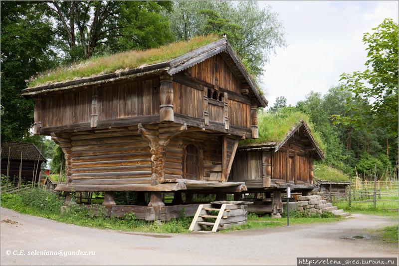 12. Пара домов, один из которых типа лофт (№ 133). Он датируется 1300 годом. Удивительно, как хорошо он сохранился! На второй этаж ведёт наружная лестница. Похоже, что он вовсе не был сеновалом, насчёт лофтов как исключительно сеновалов интернет, наверно, заблуждается. Второй дом служил кладовой. Дома стоят рядом дружной парой, как  и было принято их ставить.