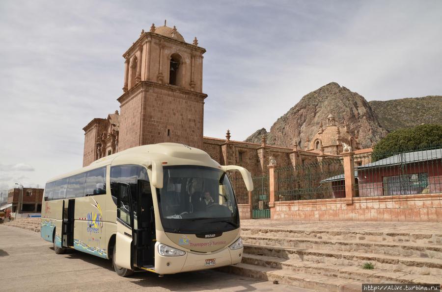 Автобус в Пукаре у красного собора