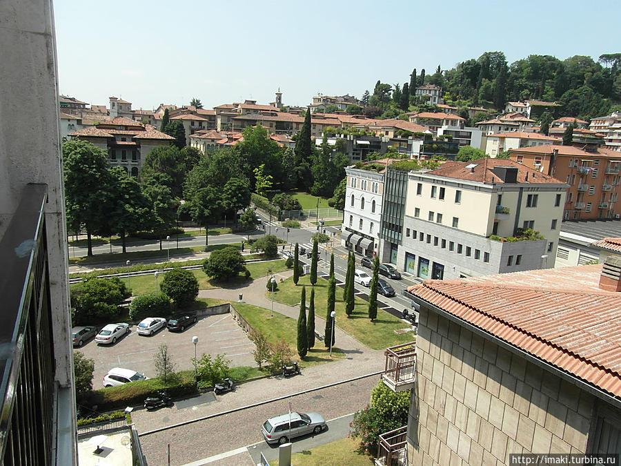 Вид с балкона на площадь
