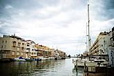 Город Эмпориа Брава, был построен на территории природного парка в заливе Росес (Roses), в конце 60-х годов прошлого века. Большая часть города состоит из небольших двух-трех этажных частных домов, построенных в типичном испано-средиземноморском архитектурном стиле. Двери, практически всех домов и апартаментов, выходят на каналы, на которых припаркованы яхты, катера и водные скутеры.