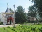 Осматриваем собор и прилегающую территорию Толгского монастыря. Рядом с часовней есть стенды с фотоматериалами, описывающие 700-летнюю историю монастыря.