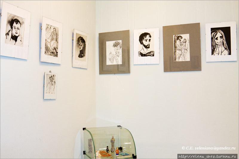 5. Надя часто рисовала на темы художественных произведений. На левой стене рисунки по