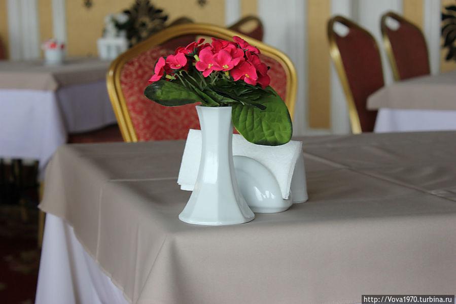 Цветы на столиках ресторана отеля Golden Horn, Sultanahmet.