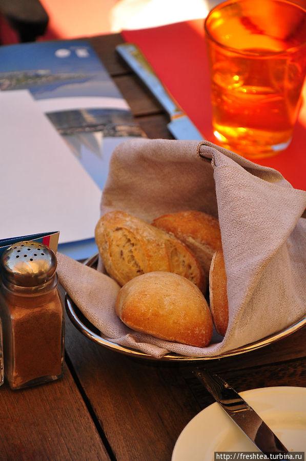 Хлебушек прямо из печи: корочка аппетитно пахнет зерном и немножко орехом.