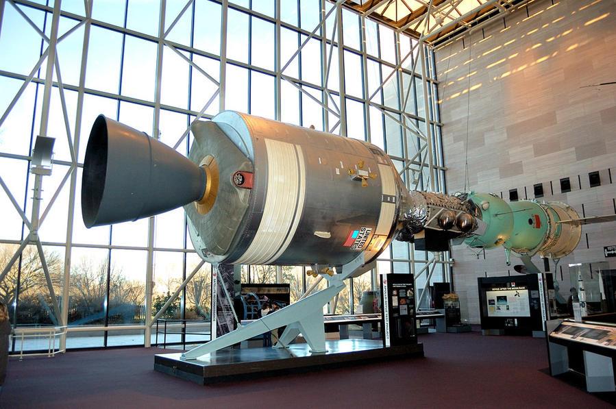 Советско-американский проект Союз-Аполлон 1975-го года. Два космических корабля стыковались через специально разработанный модуль.