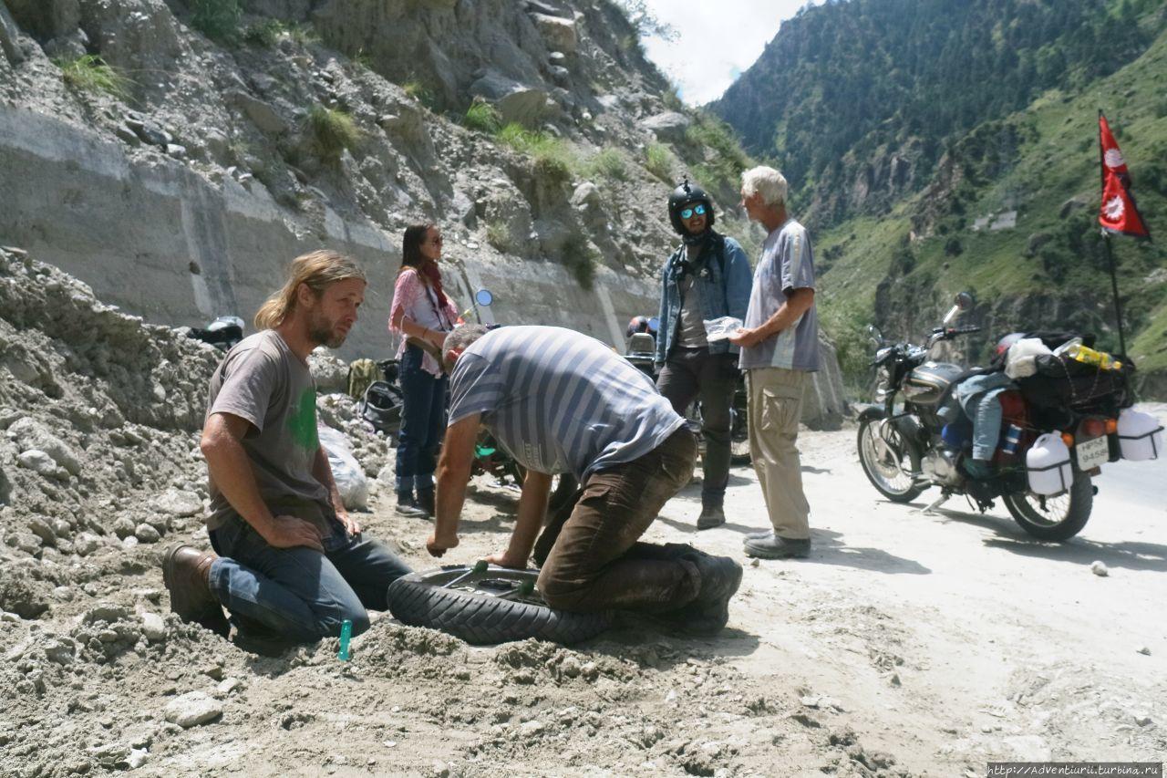 Райан Гослинг чинит колесо. Манали, Индия
