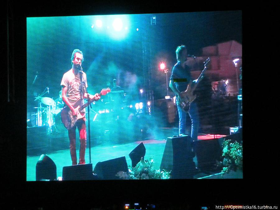 На концерте рок-группы Mor ve Ötesi в Дидиме Дидим, Турция