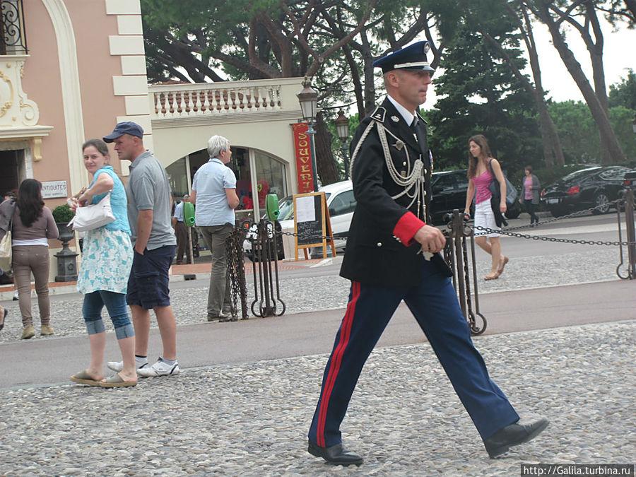 По дворцовой площади шагает командир.