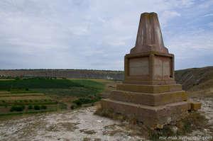 Дальше по гряде, за Успенской церковью, на месте древней гето-дакской крепости, установлен обелиск. Гето-даки – древние племена, проживавшие на этой территории еще с шестого по первый век до нашей эры.