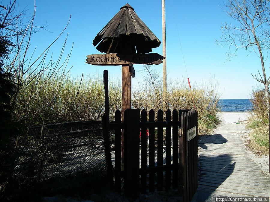 С пляжа ориентиром может послужить вот этот соломенный зонтик .