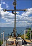В оформлении церковного двора использованы якоря, якорные цепи, кнехты. *