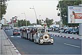 Вдоль набережной курсирует маленький паровозик для туристов... *