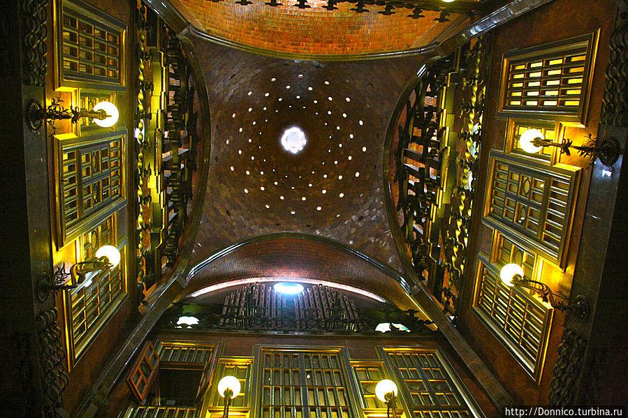 потолок дворца очень напоминает купол храма — Саграда Фамилия в миниатюре?