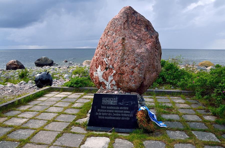 Подозреваю, что раньше на камне была другая, советская табличка. Эстонцы поставили новую, обтекаемо-политкорректную —