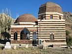 Мечеть с захоронениями.