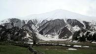 Высоко в горах лежит снег.