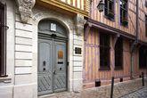 За этой дверью расположена синагога.
