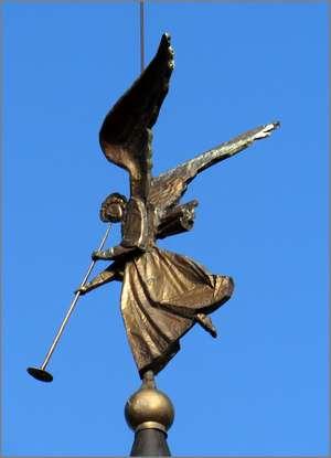На башнях каменной стены, окружающей монастырь,  вместо флюгеров красуются летящие ангелы.