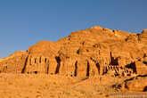 Дальше каньон заканчивается огромным «природным амфитеатром», по обе стороны которого друг за другом возвышаются необычайной красоты фасады, причем, большинство из этих монументов — храмы-гробницы, в которых хоронили богатых жителей Петры.