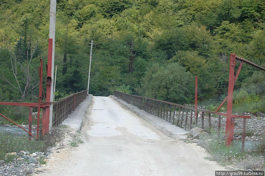 Мост через реку Гумиста. В настоящее время восстановлен и функционирует