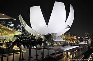 Научный музей в виде раскрывшегося цветка лотоса. Это здание является примером архитектуры будущего. Спроектировано оно так, что дождевая вода по «лепесткам» стекает в специальный резервуар, затем очищается фильтрами и используется как автономный водопровод музея. Также благодаря оконным проемам, расположенным на концах «лепестков», дневной свет полностью проникает внутрь и освещает все залы музея, тем самым значительно экономя электроэнергию.