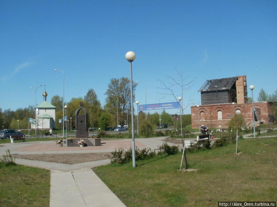 Чернобыльский памятник. Градообразующим предприятием Соснового Бора является Ленинградская атомная станция, построенная в 1974.