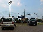 Автопарковка у железнодорожных путей