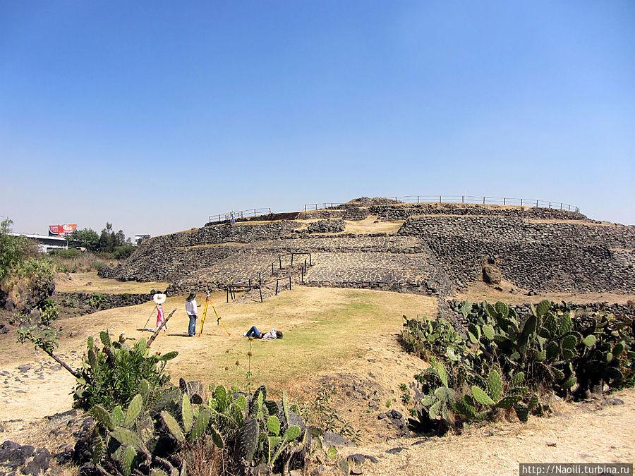 Со стороны парка построен пологий подъем на пирамиду, его расположение как то связана с днем весеннего равнодействия;  с других сторон пирамида круто возвышается.