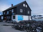 Завтра стартуем отсюда. Прокатная контора Sykkel1222 структурное подразделение отеля Finse 1222. Обилие велосипедов впечатляет.