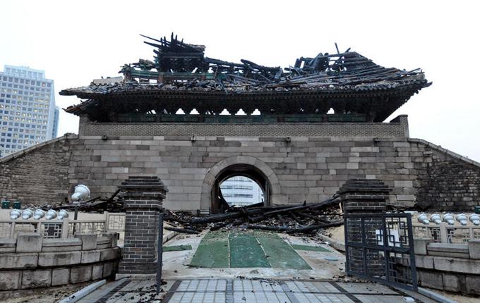 Ворота после поджога в 2008-м. Википедия