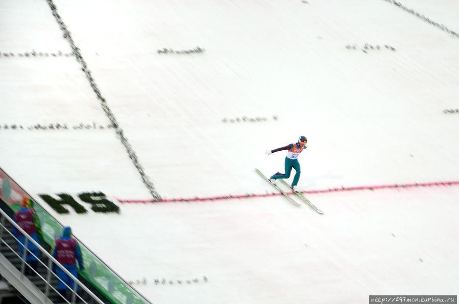 Прыгун с трамплина приземляется Эсто-Садок, Россия