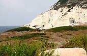 Вторая достопримечательность Рош-Ханикры («РОШ» — вершина, «НИКРА» — трещина, грот) это гроты, пронизанные лабиринтами и расселинами, заполненные морской водой и образовавшиеся вследствие как геологических, так и биологических процессов, а также в результате непрерывного воздействия морских волн на мягкую породу скалы.