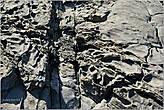 Замысловатые узоры прибрежных скал. Здесь, видимо, когда-то потоки лавы выливались в море... *