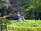 В парке стоит памятник Яну Хафнеру, благодаря которому собственно Сопот и стал городом-курортом. Именно он в 1823 г. соорудил здесь лечебные ванны.