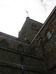 Подавляющее большинство романских церквей Англии имеет центрально расположенные прямоугольные  башни